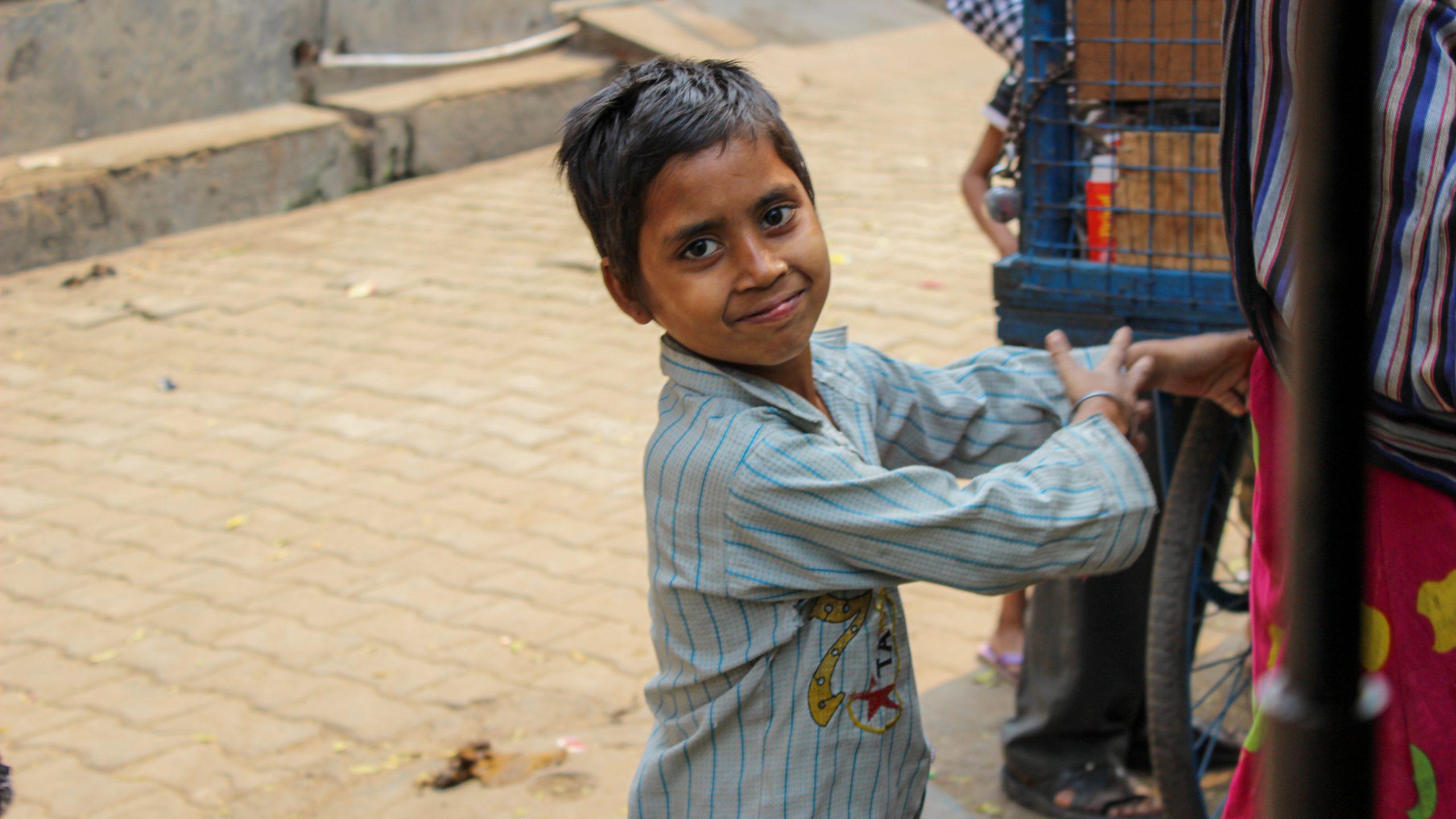 sokaktaki çocuk scaled - Agra Bir Masal Anlat Bana